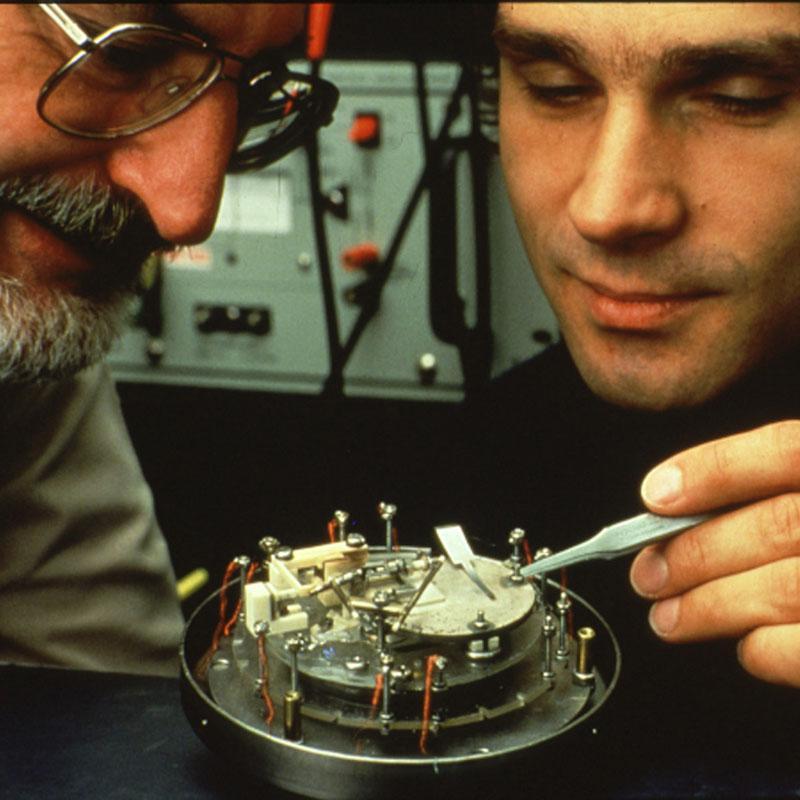 Gerd Binnig e Heinrich Rohrer, inventores do Microscópio de tunelamento com varredura